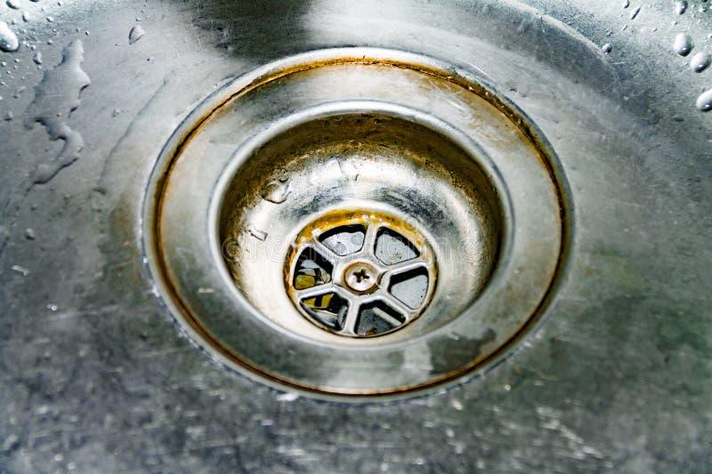 Vue de l'évier, du drain et de l'écoulement de l'eau pour le fond, plan rapproché image libre de droits