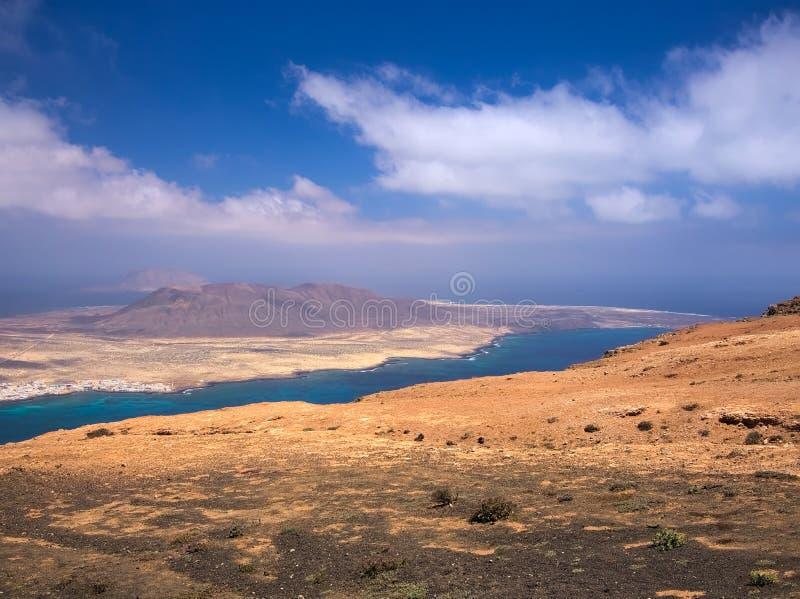 Vue de l'île de Graciosa de La d'une pente de del Rio de Mirador de bâti sur le ciel bleu et l'Océan Atlantique de fond images stock