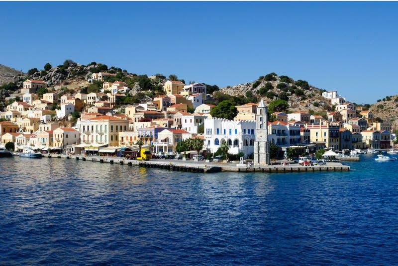 Vue de l'île grecque caractéristique de Simi de bâtiments images libres de droits