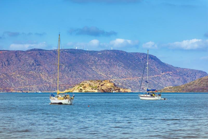 Vue de l'île de Spinalonga avec la mer calme Voici être les lépreux d'isolement, humains avec le desease du ` s de Hansen, golfe  photo stock