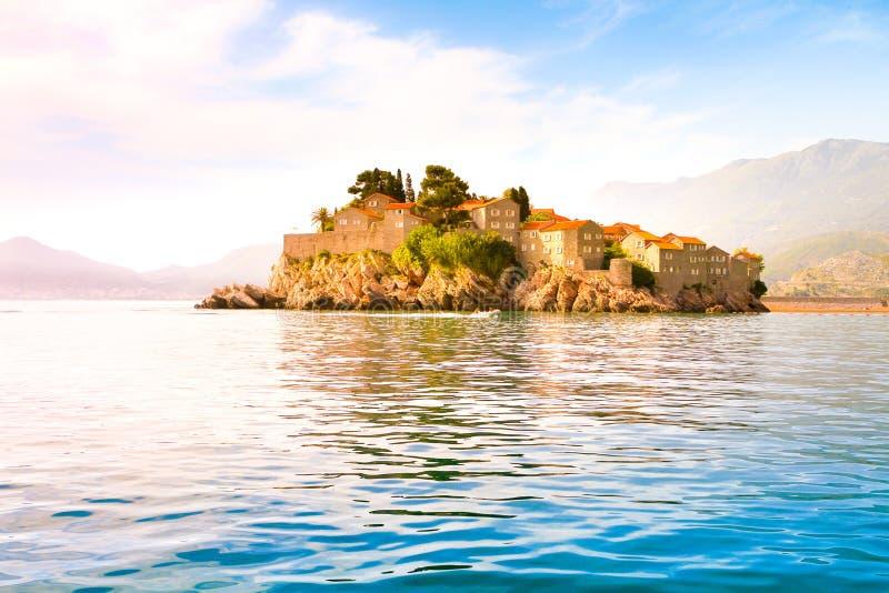 Vue de l'île de St Stephen de la mer, Budva la Riviera image stock