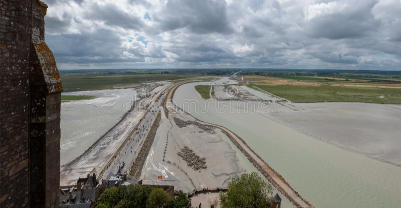 Vue de l'accès à Mont Saint Michel en construction en août 2012 france photo libre de droits