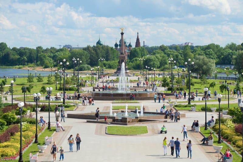 Vue de l'allée des fontaines et du monument en l'honneur du 1000th anniversaire de Yaroslavl sur le Strelka des rivières Volga photographie stock