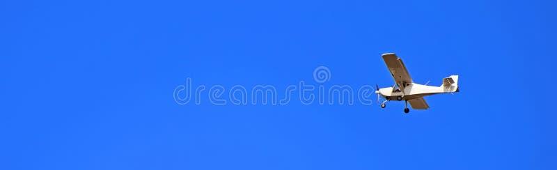Vue de l'ancien plan vintage dans le ciel bleu photos stock