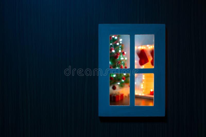 Vue de l'atmosphère magique de Noël de fenêtre à l'intérieur photo stock
