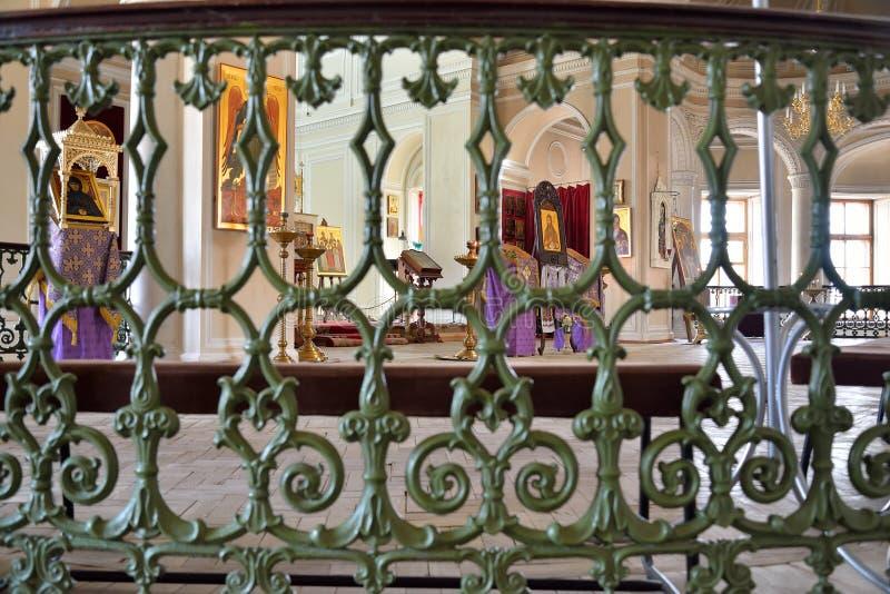 Vue de l'autel par les barres de l'escalier du chape photo libre de droits