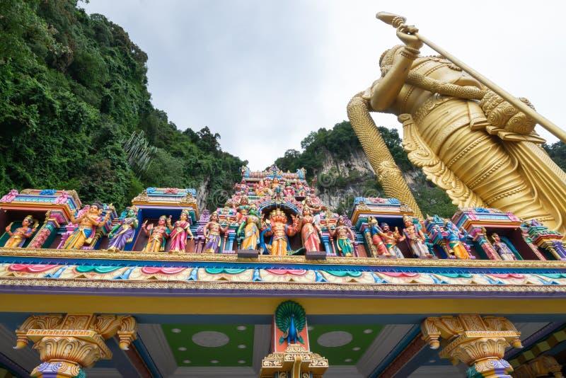 Vue de l'entrée aux cavernes de Batu avec la statue de Murugan la plus grande du monde, où est une colline de chaux qui a une sér photo libre de droits