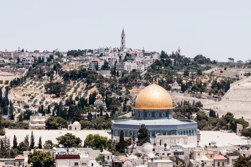 Vue de l'Esplanade des mosquées et de Jérusalem de la tour faisante le coin de l'église luthérienne évangélique du rédempteur dan image stock
