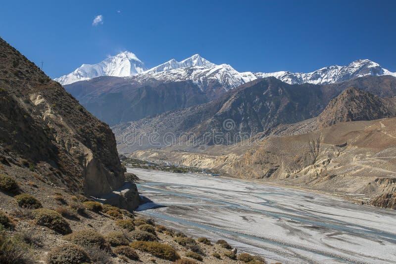 Vue de l'Himalaya (Dhaulagiri) et du village de Jomsom photographie stock