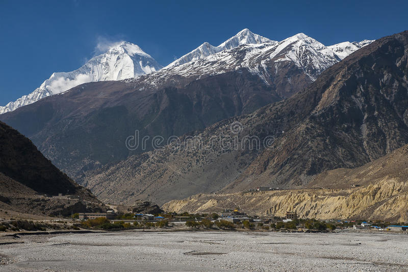 Vue de l'Himalaya (Dhaulagiri) et du village de Jomsom image stock