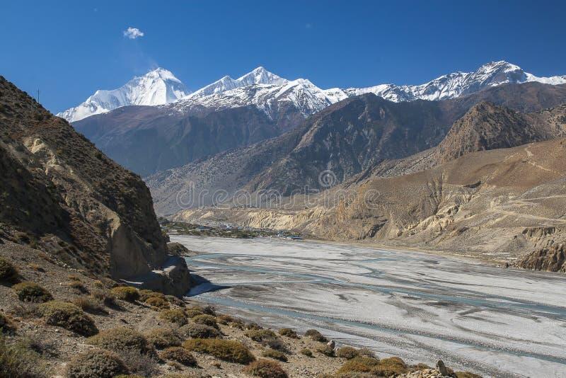 Vue de l'Himalaya (Dhaulagiri) et du village de Jomsom photographie stock libre de droits