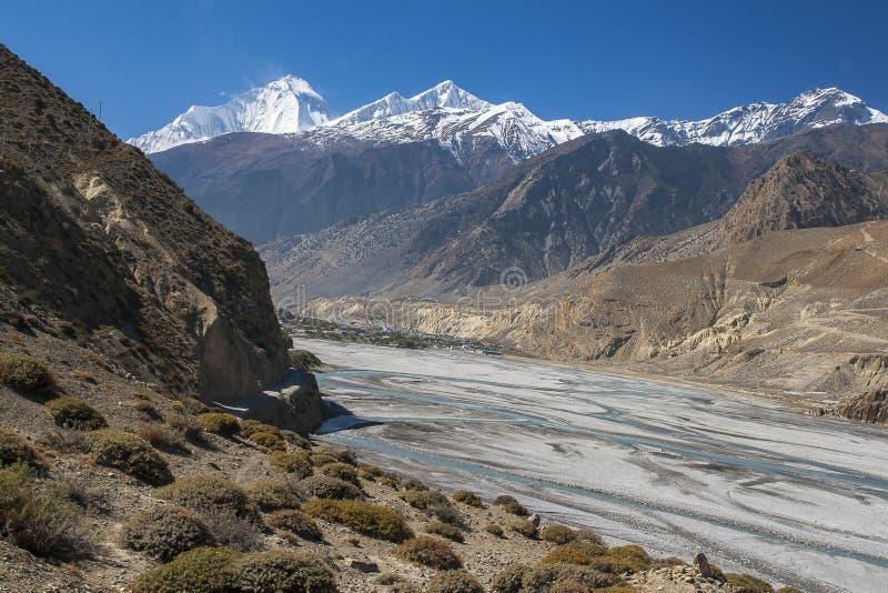 Vue de l'Himalaya (Dhaulagiri) et du village de Jomsom images libres de droits