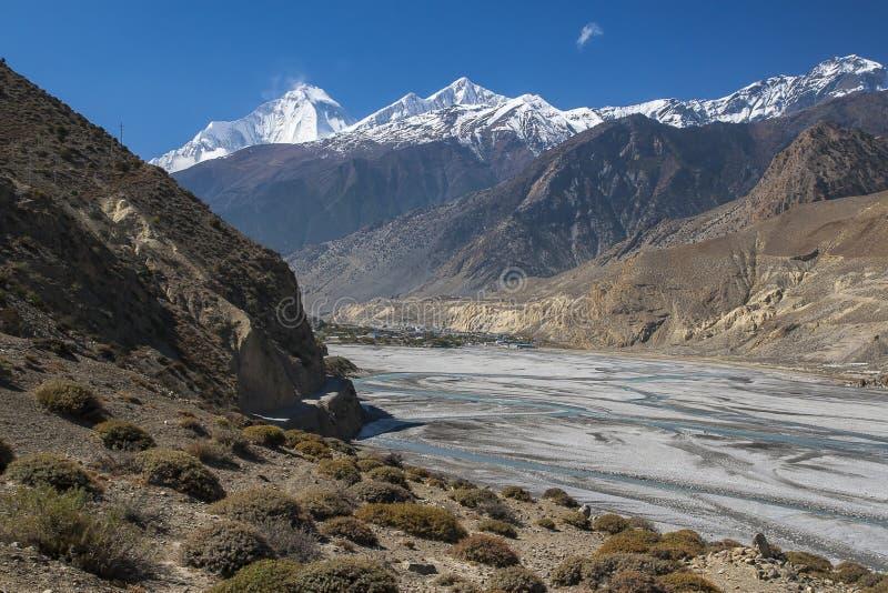 Vue de l'Himalaya (Dhaulagiri) et du village de Jomsom images stock