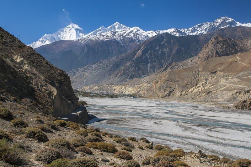 Vue de l'Himalaya Dhaulagiri et du village de Jomsom photographie stock