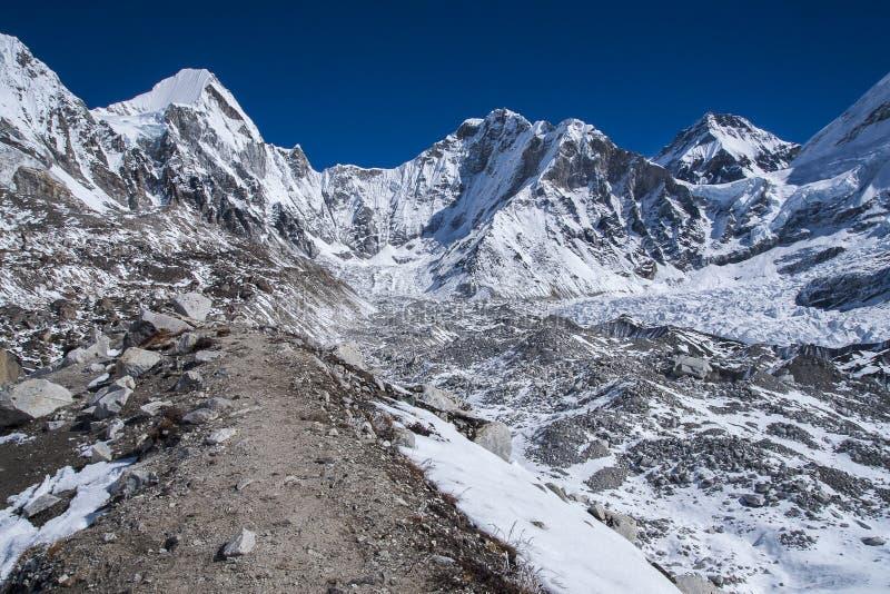 Vue de l'Himalaya (Lingtren, Khumbutse) à l'écart à Ev images libres de droits