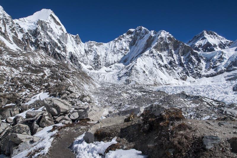 Vue de l'Himalaya (Lingtren, Khumbutse) à l'écart à Ev photo stock