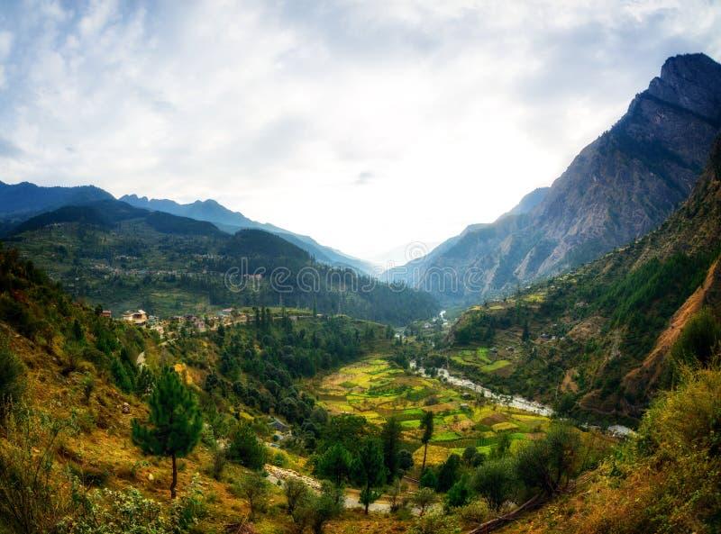 Vue de l'Himalaya de village de route en vallée de Parvati, Himachal Pradesh photographie stock libre de droits