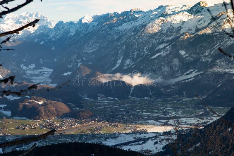 Vue de l'hiver ci-dessus de vallée golling l'Autriche image libre de droits