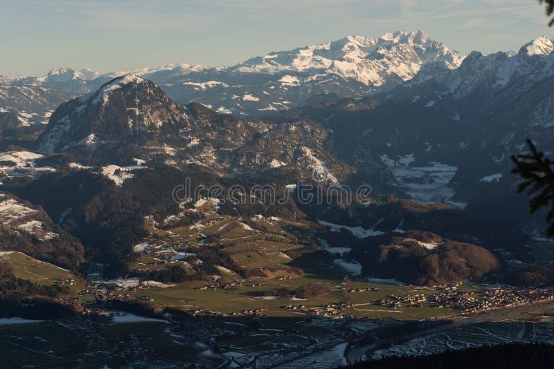 Vue de l'hiver ci-dessus de vallée golling l'Autriche photographie stock libre de droits