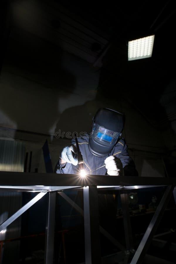 Vue de l'homme dans le masque de protection faisant la soudure d'argon photos libres de droits
