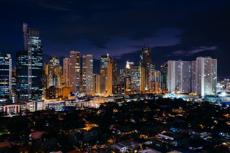 Vue de l'horizon de Makati la nuit, dans la métro Manille, le phi photographie stock libre de droits