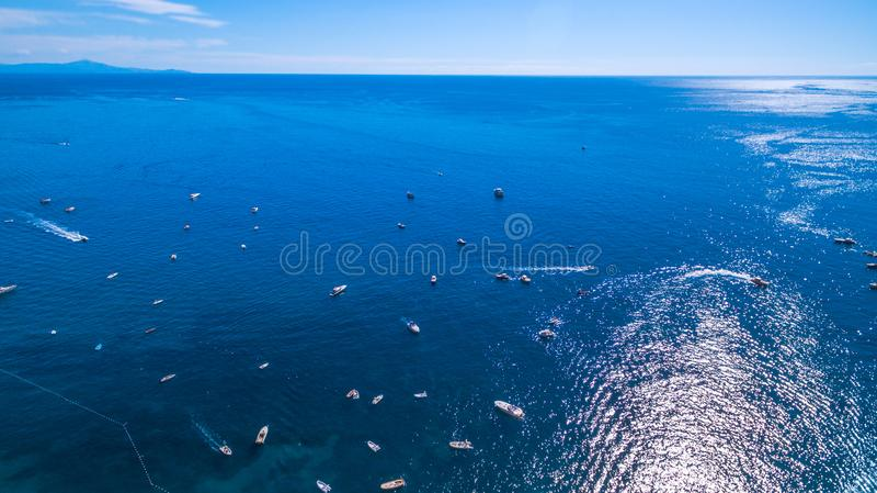 Vue de l'horizon, la mer, l'oc?an roches et montagnes, bateaux et bateaux, r?cr?ation et vacances en Europe, Italie Endroit pour photo stock