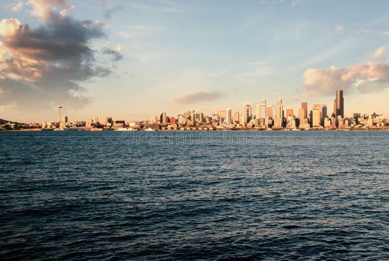 Vue de l'horizon de Seattle au crépuscule de l'autre côté d'Elliot Bay à Seattle occidental image stock
