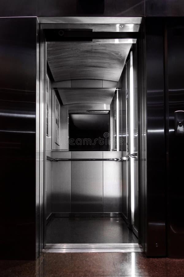 Vue de l'intérieur de l'ascenseur images libres de droits