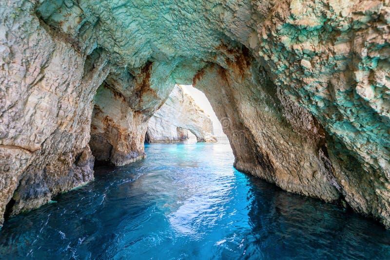 Vue de l'intérieur des fameuses grottes bleues de l'île de Zakynthos image stock