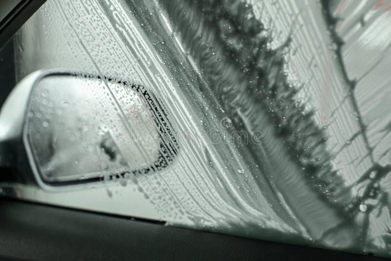 Vue de l'intérieur de la voiture à dégrossir miroir et fenêtre étant I lavé images libres de droits