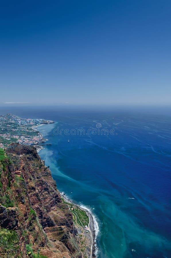 Vue de l'Océan Atlantique, de ciel bleu, de littoral rocheux et de partie de Ca image libre de droits