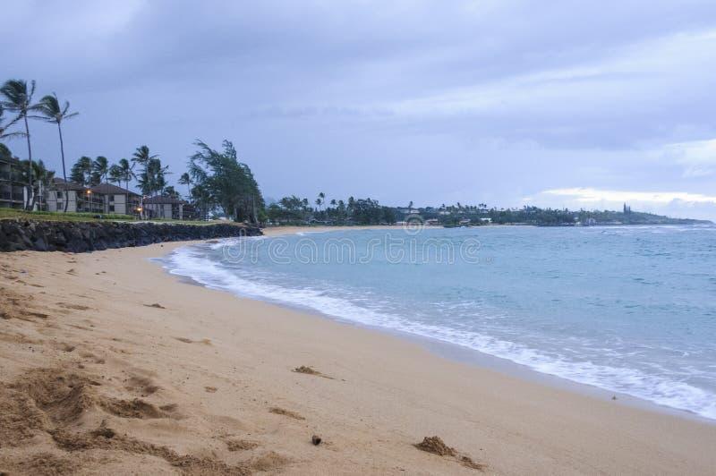 Vue de l'océan chez Pono Kai Beach un jour nuageux photos stock