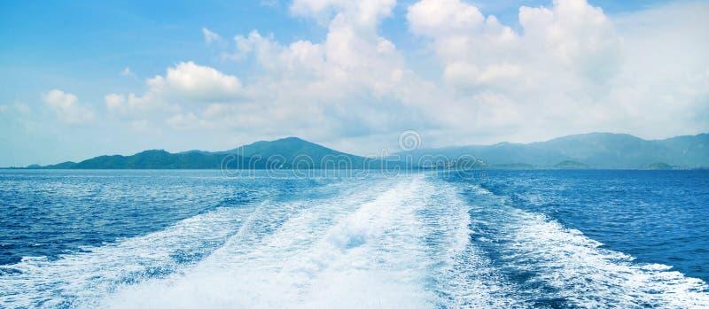 Vue de l'océan et du ciel avec une trace sur l'eau Fond bleu de mer image stock