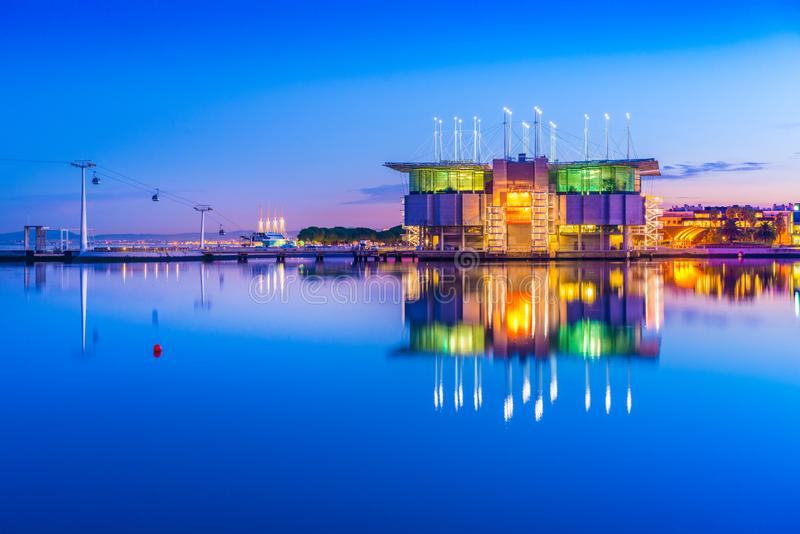 Vue de l'Oceanarium de Lisbonne Oceanario De Lisbonne et mener funiculaire au parc des nations photographie stock libre de droits
