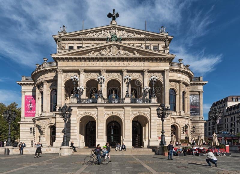 Vue de l'oquare d'opéra et de l'opération reconstruite d'alte de maison, ou vieil opéra, Francfort sur Main, Allemagne photographie stock
