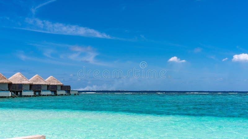 Vue de la beaux eau et pavillons bleus d'océan en Maldives images stock