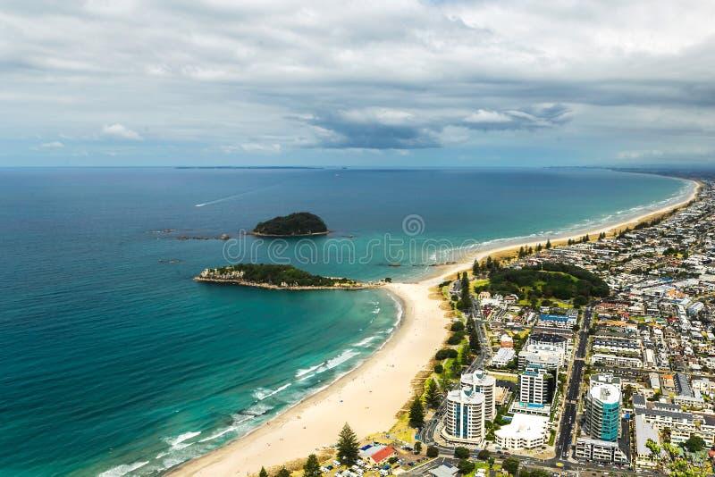 Vue de la belle plage dans le bâti Maunganui image libre de droits