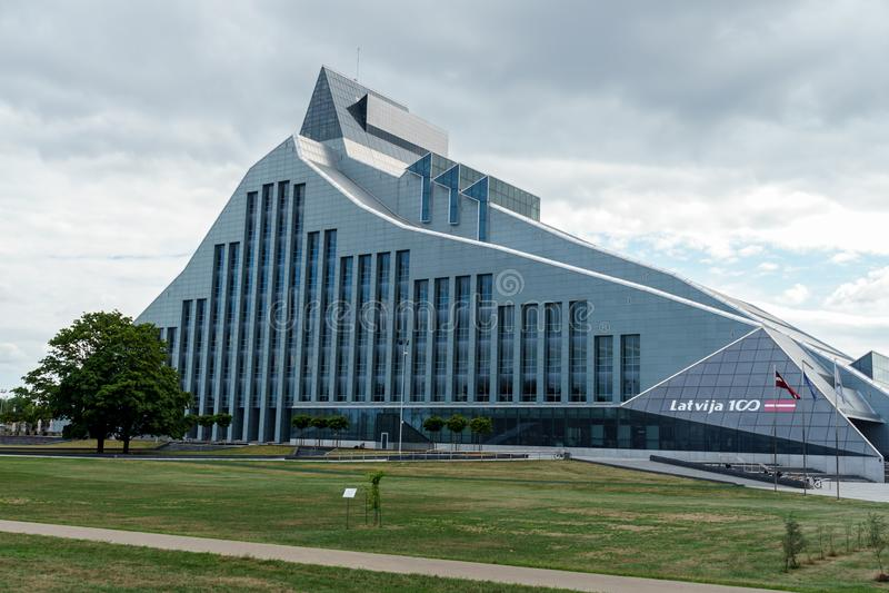 Vue de la biblioth?que nationale letton ? Riga, Lettonie, le 25 juillet 2018 image stock