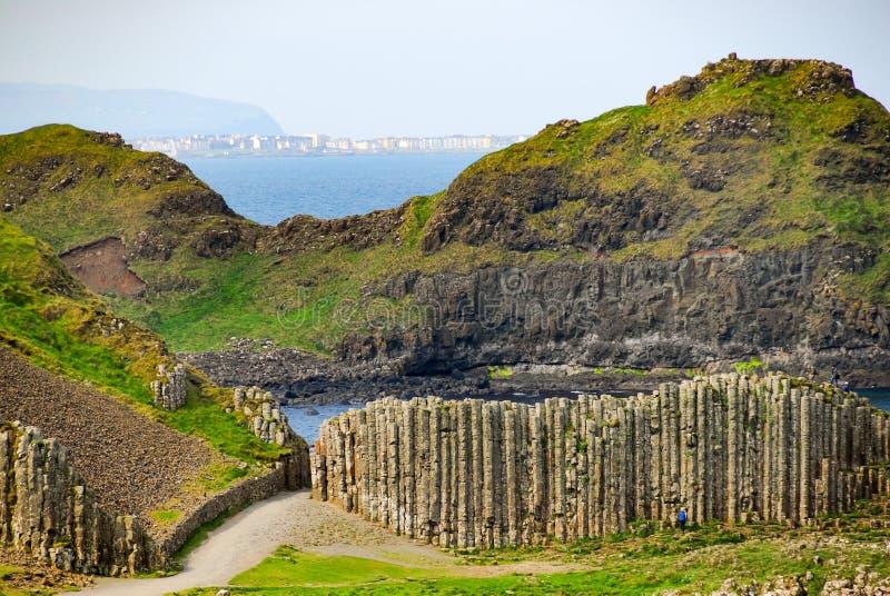 Vue de la côte à la chaussée géante du ` s image stock