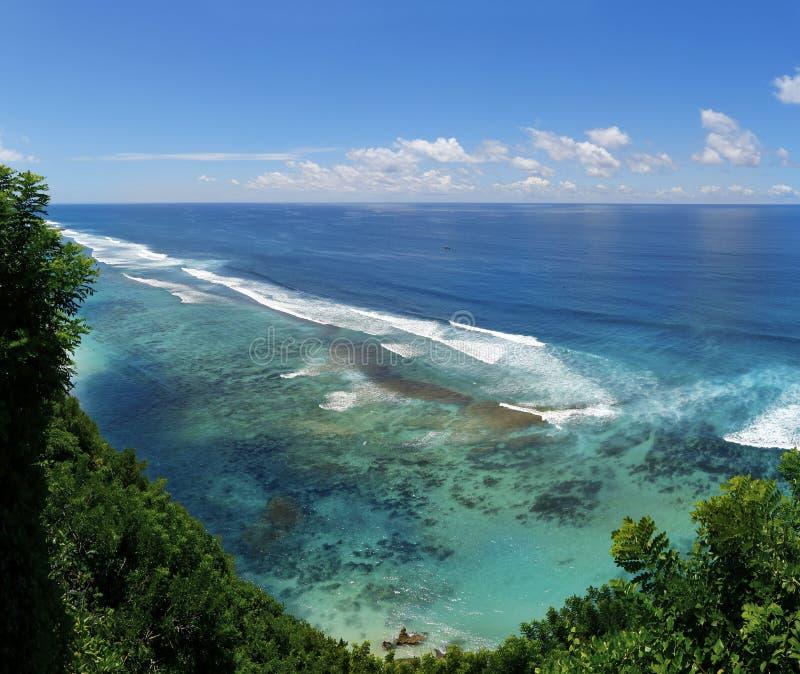 Vue de la côte avec la plage et de corail au bukit dans Bali image libre de droits