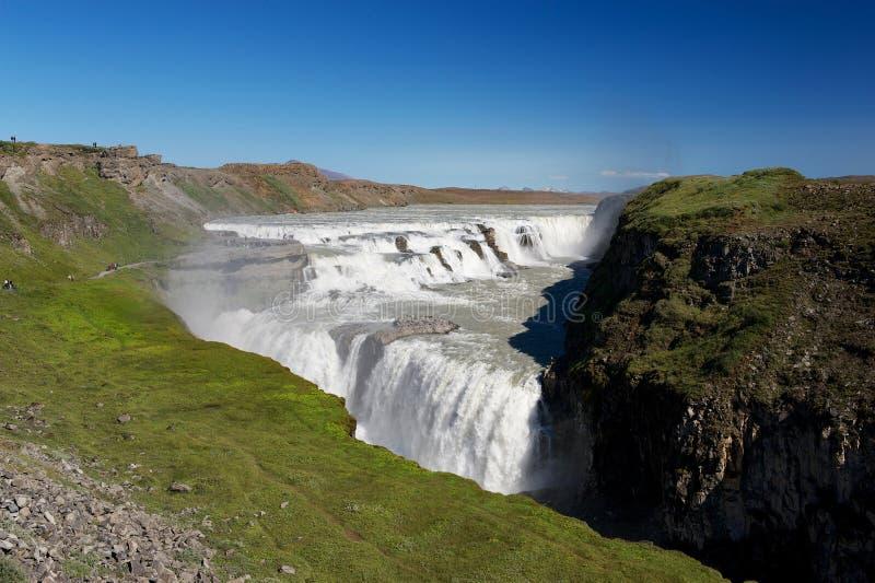 Vue de la cascade et des touristes de Gulfoss (automnes d'or) errant image libre de droits