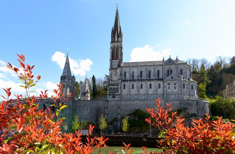 Vue de la cathédrale à Lourdes, France photo libre de droits