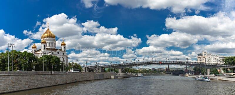 Vue de la cathédrale du Christ le pont de sauveur et de patriarche à Moscou, Russie images libres de droits