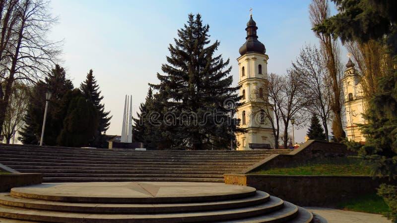 Vue de la cathédrale et de l'obélisque images stock