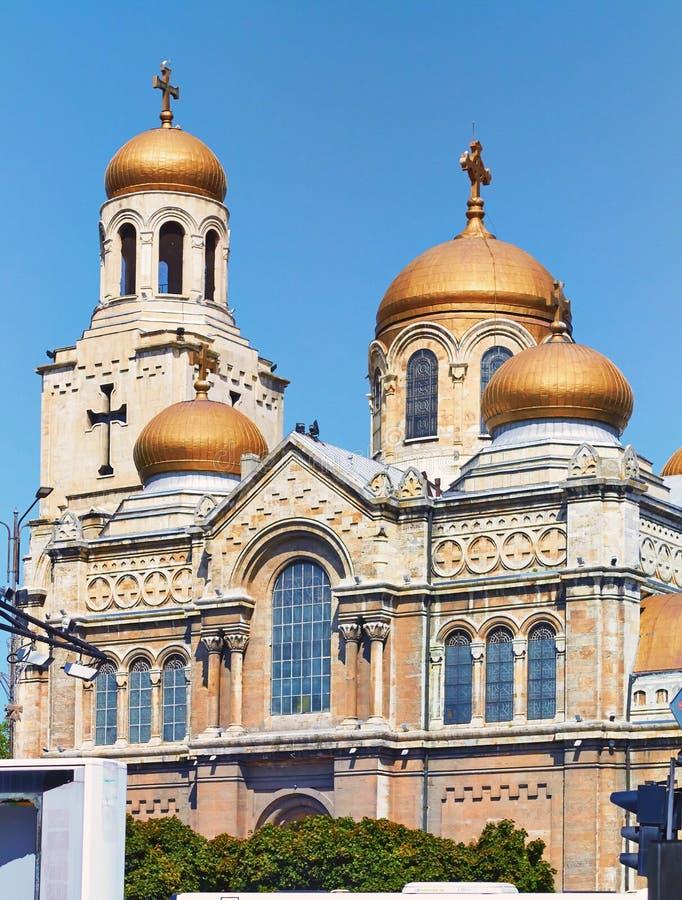 Vue de la cathédrale de l'hypothèse à Varna photographie stock