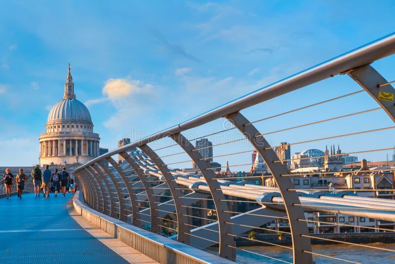 Vue de la cathédrale de St Paul avec le pont de millénaire photo libre de droits