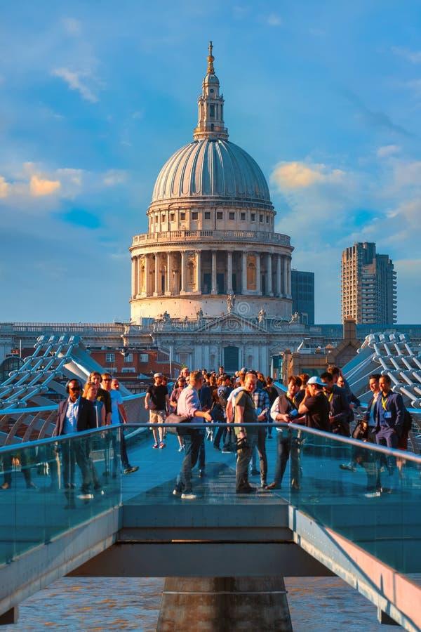 Vue de la cathédrale de St Paul avec le pont de millénaire de crossingthe de personnes photos stock