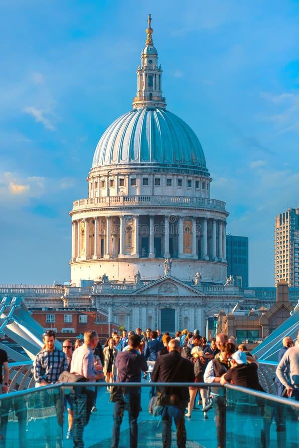Vue de la cathédrale de St Paul le pont de millénaire photographie stock