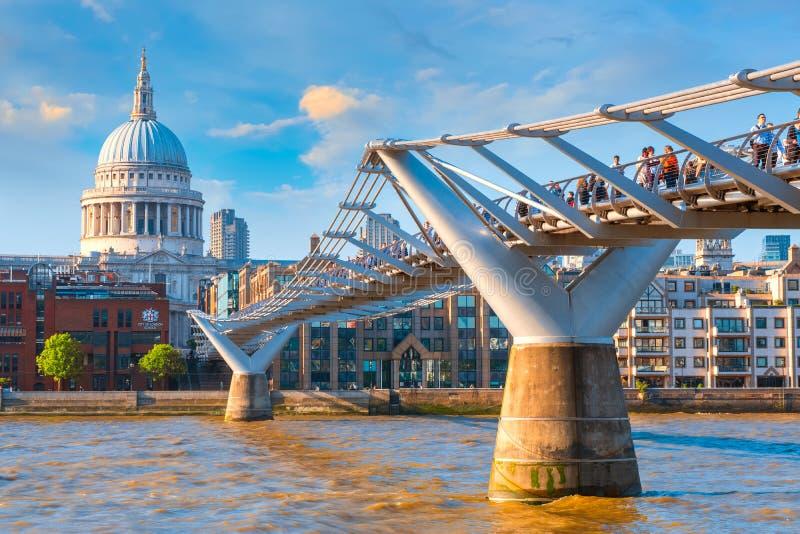 Vue de la cathédrale de St Paul le pont de millénaire image stock