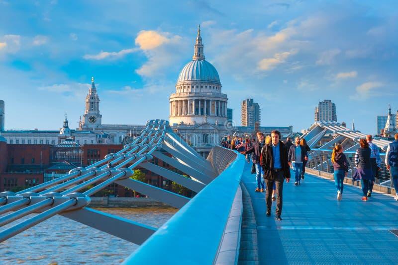 Vue de la cathédrale de St Paul le pont de millénaire photo libre de droits